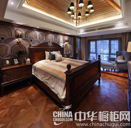 【卧室设计效果图】卧室仍旧采用大量的实木家具,顶部采用较为复杂的