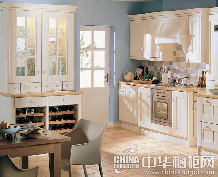 蓝色墙壁衬托白色橱柜 欧式风格橱柜效果图