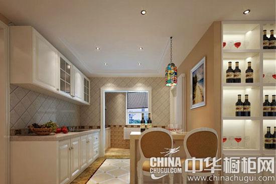 【现代欧式橱柜设计案例】  橱柜大擂台 现代欧式比拼现代简约 现代欧式风格--白色岛型橱柜 上图的风格为现代式风格厨房,主要颜色是白色,给人一种洁净明亮的感觉,厨房的橱柜是选用了白色呈现大气的风范儿,地板是选用了红木实木地板,将整个空间体现了一种高端的品味,中间是一个长方形的操作台彰显了现代式风格的奢华,吊灯的设计及其简单但不失大气之美,给女主人营造出一种大气时尚的做饭氛围。