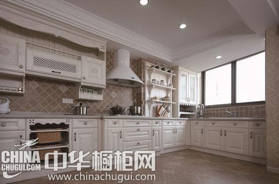 色彩相呼应,不仅增添复古情怀,还便于厨房油烟的清洗保养.