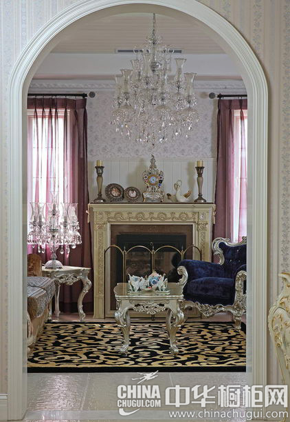 欧式壁炉,银边蓝色丝绒沙发,精致的水晶吊灯,以及墙面的石膏雕花线条&图片