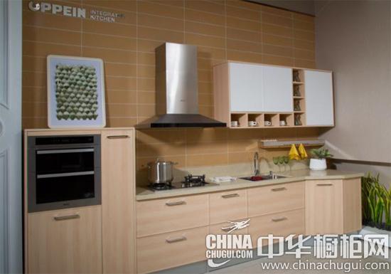 原木色的橱柜搭配欧式顶吸 油烟机,品牌燃气灶和水槽,橱柜厨电一站式