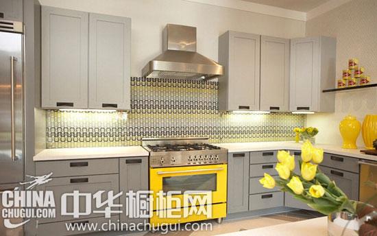 向厨房背景墙要清爽空间 淡淡柠檬色打造漂亮厨房 设计点评:用黄水晶玻璃材质的马赛克瓷砖来装饰厨房,是非常流行的。在用料上,你可能会考虑如何负担得起这样昂贵的材料,但是对于面积小一些的厨房来说,厨房操作台的背景墙面积就更小了,完全不用担心预算问题。这款黄水晶玻璃材质的马赛克瓷砖能瞬间成为整个厨房的焦点,所以就算多花钱也是很值得的。  向厨房背景墙要清爽空间 淡淡柠檬色打造漂亮厨房 设计点评:这个厨房操作台的背景墙选用了柔和的柠檬黄壁砖,非常迷人。我建议业主们在用色上可以稍微再大胆一点,或者在瓷砖的形状上不
