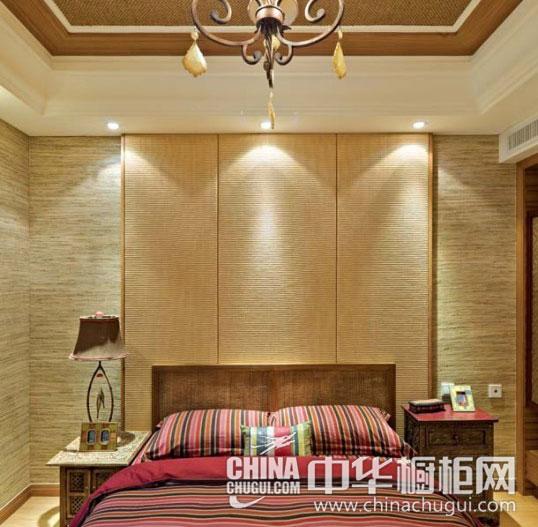 【中式臥室裝修效果圖】 濃郁的木質家具和地板奠定了臥室里的自然