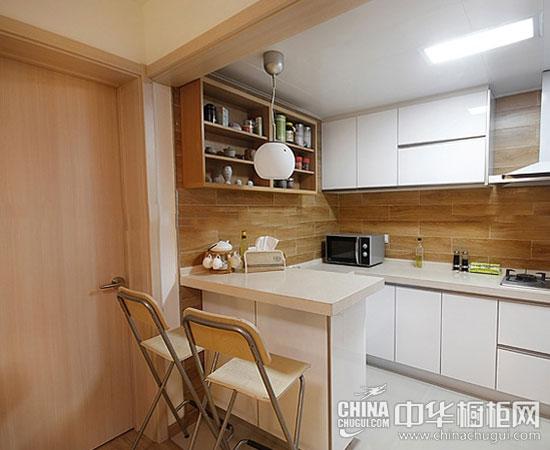 这样的吧台设计集隔断,餐厅,厨房储物功能为一体,非常实用.