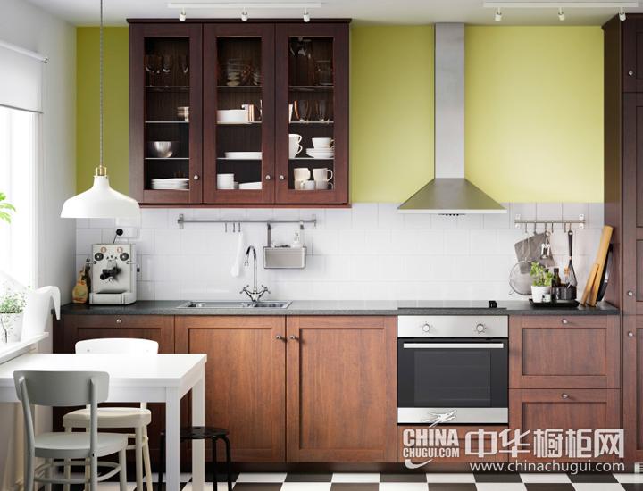 用棕色木质和玻璃柜门打造经典外观  欧式风格橱柜效果图