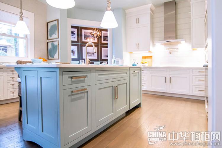 北欧风格厨房装修效果图 无比惬意的生活空间:岛型的开放式厨房设计,搭配宽敞操作台,使用方式便捷,柜体动线流畅。该岛型橱柜图片的柜体数量创造多功能的个性化区域,在烹饪期间偶尔看看窗外的风景,... --> 北欧风格厨房装修效果图 无比惬意的生活空间:岛型的开放式厨房设计,搭配宽敞操作台,使用方式便捷,柜体动线流畅。该岛型橱柜图片的柜体数量创造多功能的个性化区域,在烹饪期间偶尔看看窗外的风景,无比惬意。玻璃质感的蓝色餐具,带入精致的生活节奏。大片白色橱柜形形色色的柜子抽屉,加上遇到太颜色一致的蓝色水壶,打造
