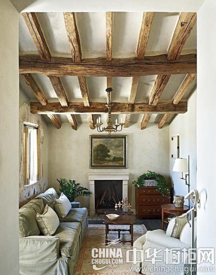 【客厅】 客厅的吊顶采用原木拼接一个个长方形的格子,简单纯朴,自然