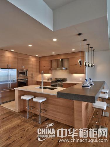 白色的厨房给人纯洁素雅的感觉,岛台在厨房中间,内置座椅的设计提高