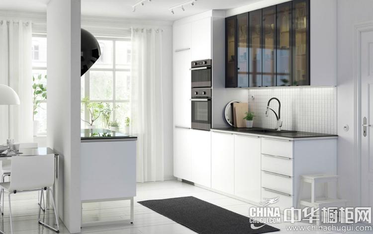 白色橱柜搭配透明黑门板 塑造现代风格厨房装修效果图