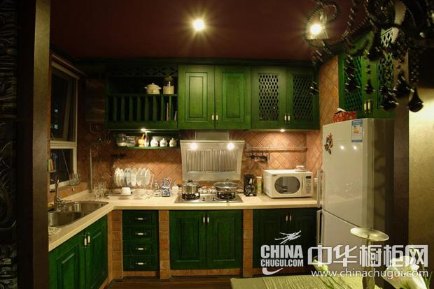 东南亚风格厨房图片 绿色橱柜调动清新感