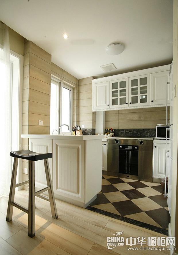 美式风格厨房图片 白色橱柜展现干净而明朗的厨房设计