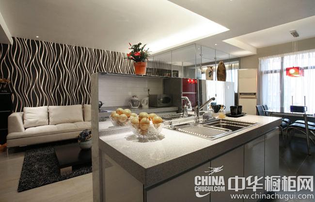 现代风格厨房装修效果图 镜面装饰扩充厨房空间
