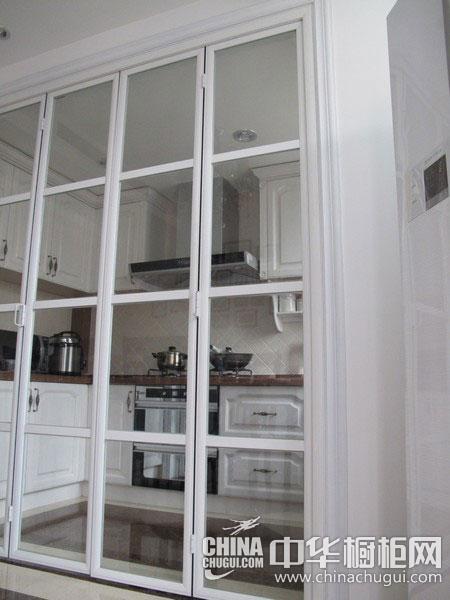 当然为了整体效果考虑在折叠门的选择上就尽量选择玻璃的,因为玻璃门
