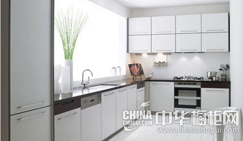 亚泽系列多采用嵌入式设计的家具,一体式多门组合 橱柜和嵌入式的烤箱图片