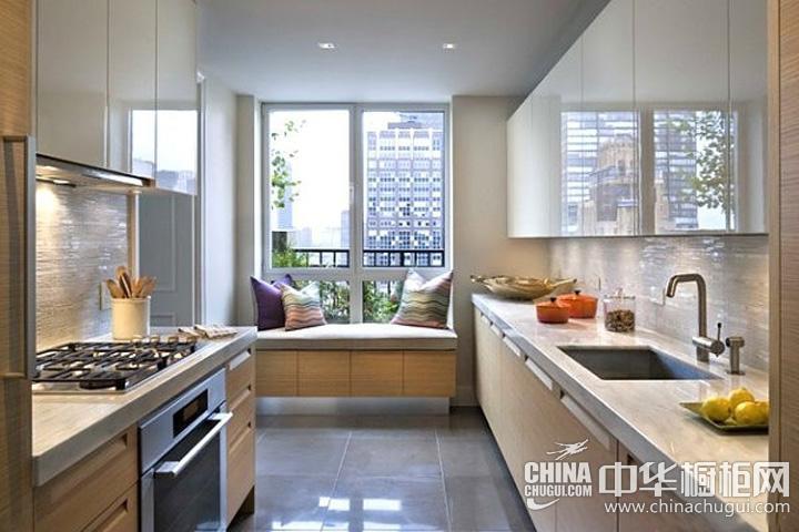 阳台厨房装修效果图 烤漆整体橱柜加强空间视觉效果