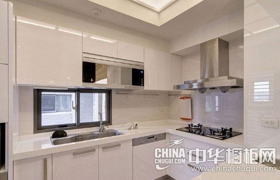 吧台设计是个亮点,兼顾收纳陈列作用,使厨房整体效果清爽.