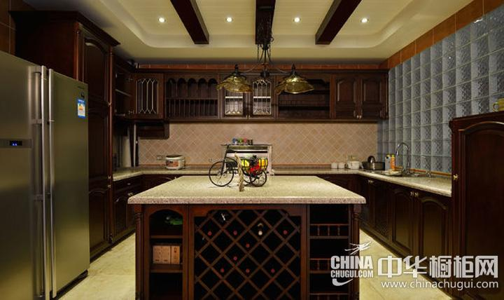 厨房吊顶装修效果图 实木橱柜打造世纪风情