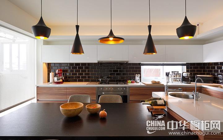 厨房餐厅装修效果图 原木色整体橱柜图片