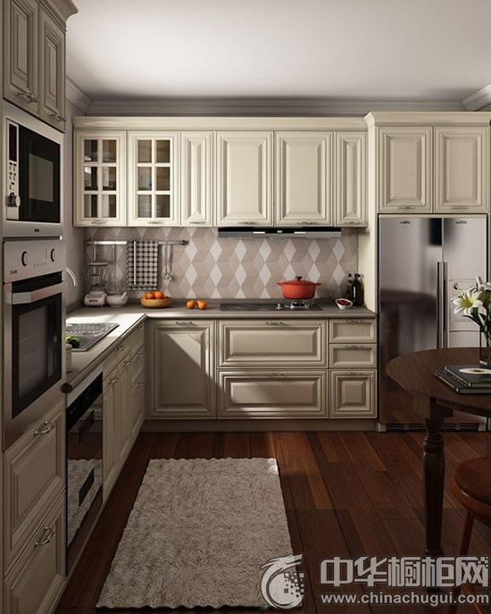 【中华橱柜网】6月的初夏,风还带着凉爽,你是不是也希望夏天的厨房也能舒服一点呢?本期橱柜导购栏目专门为大家介绍适合4~10的厨房装修,一起来鉴赏一下最新的橱柜设计吧! 4~6厨房装修  一字型厨柜是小厨房的首选,白色提亮视觉效果,柜子不求太多够用就好,简洁搁板其实更方便。  一字型橱柜 大小厨房都适用的百搭款L型,原木色是经久不衰的流行色,就算用上10年,也是不过时的经典款。  L型橱柜 6~8厨房装修 空间稍大一点可以尝试别致的欧式厨柜, U型布局里突破性地加入小型吧台,在红色马赛克墙砖的衬托
