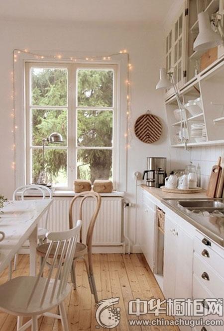 橱柜设计图 小编的话:一间清透可爱的小厨房, 橱柜采用纯原木色,墙面