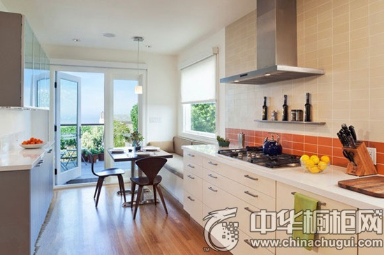 很多小户型都面临着厨房,客厅空间交叉的局面,不如将开放式厨房的吧台
