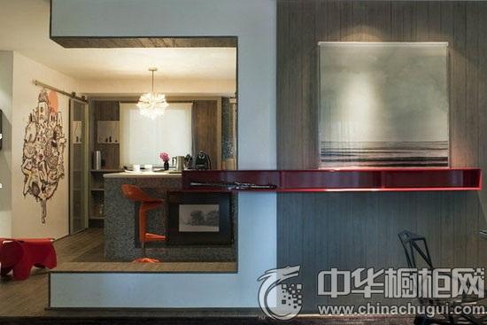 墙壁上的手绘画框打破了视觉拥堵,让人在厨房里也能发上一会儿呆.