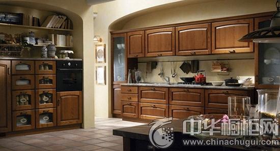 【中华橱柜网】典雅、大气是欧式风格整体厨房装修的最主要的两个特点,如果您想尝试欧式风格厨房设计,不妨平时多参考一些设计师的作品,这样自己在进行设计的时候才会更得心应手。下面中华橱柜网为您整理了几款经典的欧式风格整体厨房设计案例,希望能对您有所帮助。  欧式风格整体厨房 传统的欧式设计,胡桃木门板整体橱柜,格子门、木手柄、玻璃装饰的运用。
