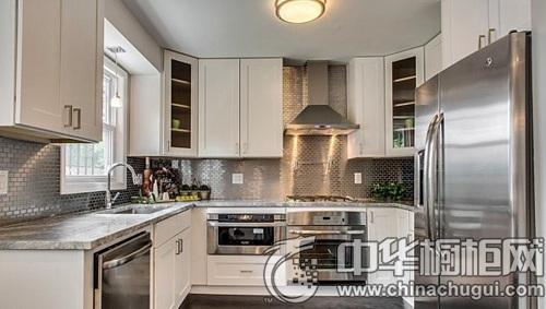 式的不锈钢双开门冰箱在厨房门口显得格外大气,厨房内的整体白色橱柜图片
