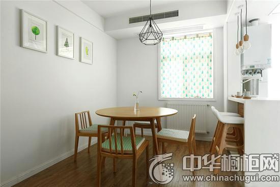 厨房做成了半开放式,设计师把烟机灶具放到了厨房原来的小阳台的位置