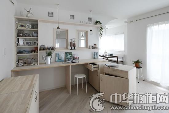 【中华橱柜网】以原木色与白色为主的日式厨房装修,不仅给人一种整洁的直观之感,整体家居还充满着自然清新的温暖氛围。纯白色的厨房装修能够让人心无旁骛地为家人制作美食,静享烹饪乐趣。  木色底板 装饰Tips:淡木色的地板,散发出原生态的大自然气息。落地窗,美观大气,使得空间的气质一下子就提升起来。白色的窗纱,轻盈飘逸,尽显优雅之感。  客厅设计 装饰Tips:拱形的入口,地中海风格浓厚,使得空间更显柔和。分层的木质收纳架,摆放上相框等,使得居家环境更显温馨。下方的木质收纳柜,具有强大的收纳功能。  厨房