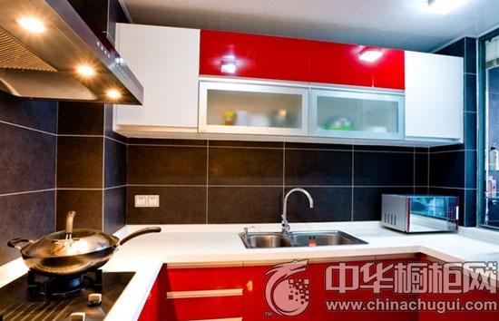 红色的立体 橱柜,红色岛台与红色的酒吧凳形成三个点,当它们集合在一
