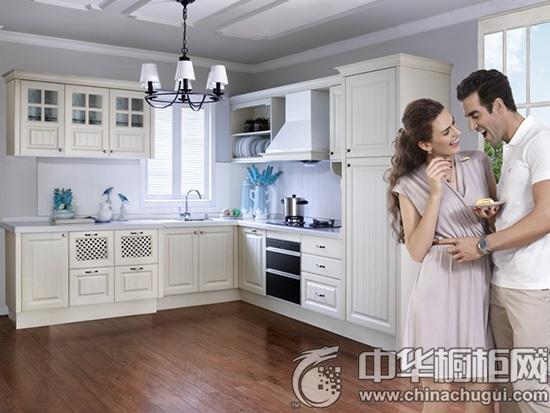 【中华橱柜网】L型也称半围合式布局,是目前使用比例最多的一类。你家厨房不那么大时,L型厨柜则是不二选择,利用转角的设计很好的节省了空间,又能形成洗、切、炒完美的工作区域。流水线的整体设计,让人操作起来十分便利。本期橱柜导购栏目为大家推荐L型橱柜,让小空间打造完美L型厨房。