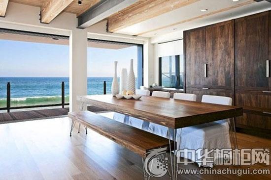 设计重点:整体空间设计 编辑点评:原木色为主色调的居室设计,与窗外图片