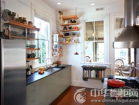 橱柜收纳设计 小户型的厨房最注重转角处的运用,合理利用墙面,在上面安装的开放式多层格架,收纳各种烹饪常用品,拿取方便简单,一举两得!  金牌厨柜-阿尔卑斯 推荐产品1:金牌厨柜-阿尔卑斯 橱柜风格:欧式风格 门板材质:烤漆
