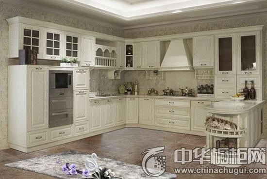 产品特点: A、凹凸有致的门型搭配古铜拉手尽显新古典美; B、多个开放架的设计放大储藏空间; C、边柱设计采用最典型的古罗马柱艺术造型;多数的橱柜门板,都以刨花板和密度板为基材,只是在表层用材及工艺上有所不同,但这却影响着橱柜的价格、性能。皮阿诺枫丹白露系列橱柜门板采用进口高密度板,这类板材不易开裂、变形,更坚韧耐用,而且表面是进口复合PVC膜,有多种颜色可以选择。