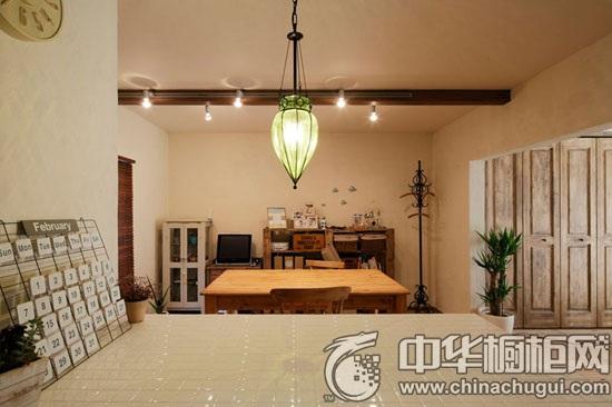 倒置圆锥造型的灯,古朴的欧式造型,淡雅的绿色,将餐厅装饰的更加自然
