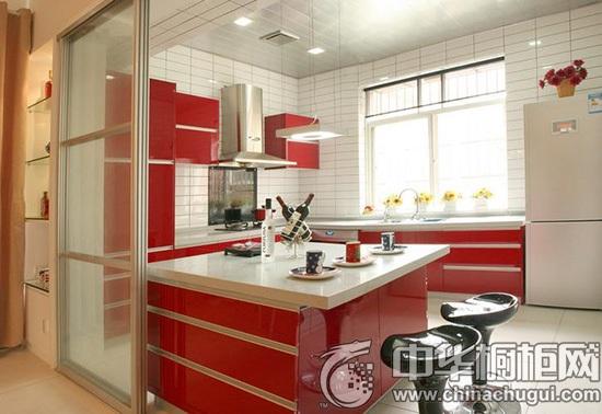 红色橱柜 喜庆的红色,一直适合新婚的夫妇,橱柜光亮的有机面板更像热恋的感觉,黑红的搭配更显品位。  橱柜收纳设计 红色橱柜的细节展示,精致的五金,流畅的滑动,设计的非常实用和人性化。  一字型白色橱柜 光面瓷砖、亮光烤漆板,哑光的防滑地板,条状铝扣板,整体空间都是简单的白色不同材质的运用,一抹橘色的有机玻璃让整个空间简约而不简单,两盆小花的点缀又多了几分生机。