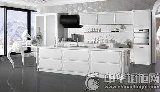 红色橱柜 大圆吊灯配合红色墙面与开放式餐桌,显得贵气空间鲜明对比。  皮阿诺橱柜--雅典娜 推荐产品1:皮阿诺橱柜--雅典娜 产品特点: A、凹凸有致的门板造型优雅十足。 B、极品珍珠烤漆打造的简欧风产品,是超现代与欧式风格的完美结合。 C、罗马柱芊芊细腰般的设计更为其亮点,犹如女神般纯洁典雅。