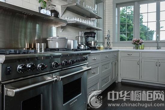 设计师将不锈钢双开门冰箱与白色橱柜融合,银白相配,极具现代感.同时.