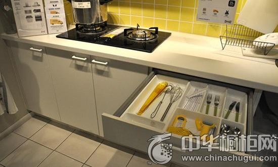 打开橱柜下面的底柜抽屉,里面设计了不同的分格,放置了超多的厨房小