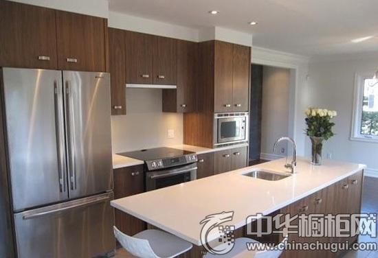 厨房的岛台采用了耐火板的材质,中间还嵌入了水槽,十分方便在厨房的