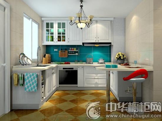【中華櫥柜網】廚房吧臺是一個能促進親人朋友烹飪交流的場所,無論是開放式廚房還是面積稍小的小戶型廚房都會選擇設置一個小吧臺做為廚房增添光彩。所以,大過年的可別只光顧著買年貨,學會廚房吧臺設計才是正經事!  中式風格廚房吧臺設計 這是偏向中式裝修風格的吧臺設計,簡單的地柜和吊柜設計而成一個基本功能齊備的空間。整個空間顯得非常大氣,顏色和協調,給人一種高貴、大氣的視覺沖擊。  U型