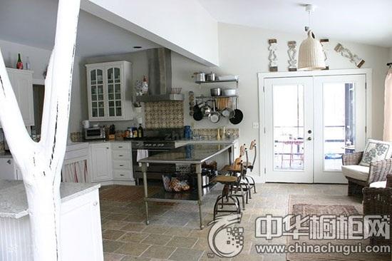 【中华橱柜网】也许你早就有置办一个厨房岛台的想法了,只是碍于厨房空间太小,担心放不下一个岛台,或就算放得下,也会让空间变得拥挤不堪。别担心,小编为你出出主意,打造一只小型的开放式厨房岛台就OK啦!开放式的设计不仅可以存放很多厨房用品,方便可用,而且也不会让空间显得太过拥挤。下面一起来看看吧!  厨房效果图 既有一个工作台面,底部也有一个存放常用物品的架子,这款岛台绝对是小厨房的首选。  厨房设计图 如果你的厨房属于狭长型的,那就因地制宜,也选择一款狭长型的岛台,十分和谐。  岛台设计 表面上看,这个岛台其