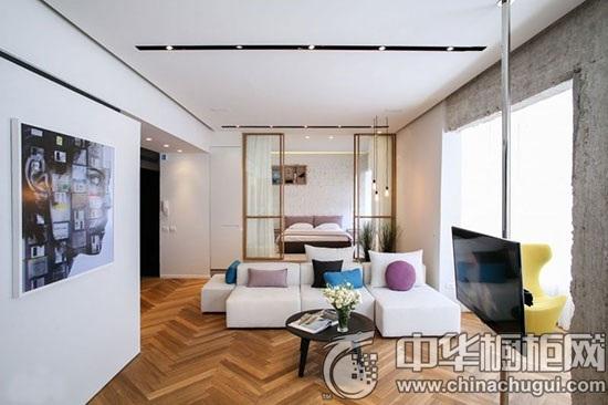 【中华橱柜网】黑白色调的厨房厨房设计是现代简约风格的经典元素,时尚且大气。本期橱柜导购介绍的是一组开放式家装案例,简洁干练的客厅结合黑白厨房的搭配将整体空间渲染得活力十足。  客厅效果图 木质地板已经成常见的设计,如果不加些特别的元素,已经无法吸引人的关注。拼接感的设计延续现代简约风格的简洁明快,而选择的几何图案又足够别致。  客厅设计 木质地板的图案还有延展空间的效果,倒是意外的发现。两个功能区之间没有设置明确的阻隔,留出合宜的空间。契合现代简约风格的理念。喜欢沙发组合的拼接感,湖水蓝抱枕的点缀也恰到好