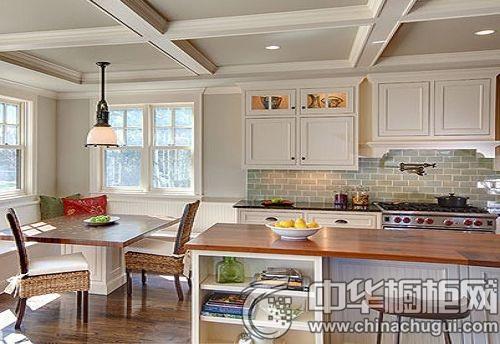 餐厅与厨房自然连接,木纹砖自餐客厅延伸而来,让厨房地面显得清新