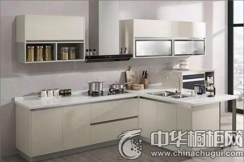 """这套 整体橱柜采用了独特的""""t""""型设计,转角吧台把厨房分隔出了烹调区"""