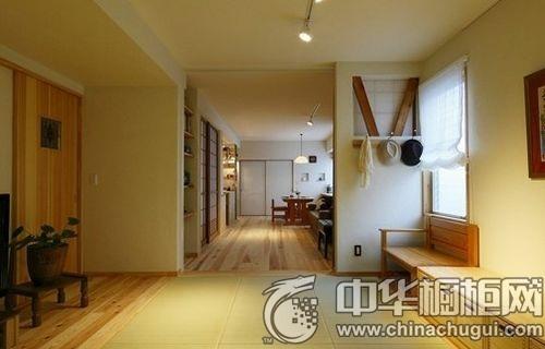 客厅与餐厅连在一起,木地板和墙面装饰搁架很好地区分了会客区和用餐