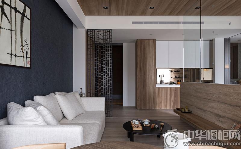 【中华橱柜网】灿烂的阳光经由特意留出的巨大落地窗倾入室内,无实墙阻隔的公共区域借由地坪和天花板的线条延伸,放大整体的空间感。搭配比例适宜的色系规划,融入日光营造雅致温馨的现代风情。室内将现代风与日式和风巧妙的融合,还原空间的净朗纯粹。 客厅  日式风格客厅装修效果图 阳光从阳台的巨大落地窗射入室内,客厅空间通过深蓝色调来营造优雅气质的生活场域。