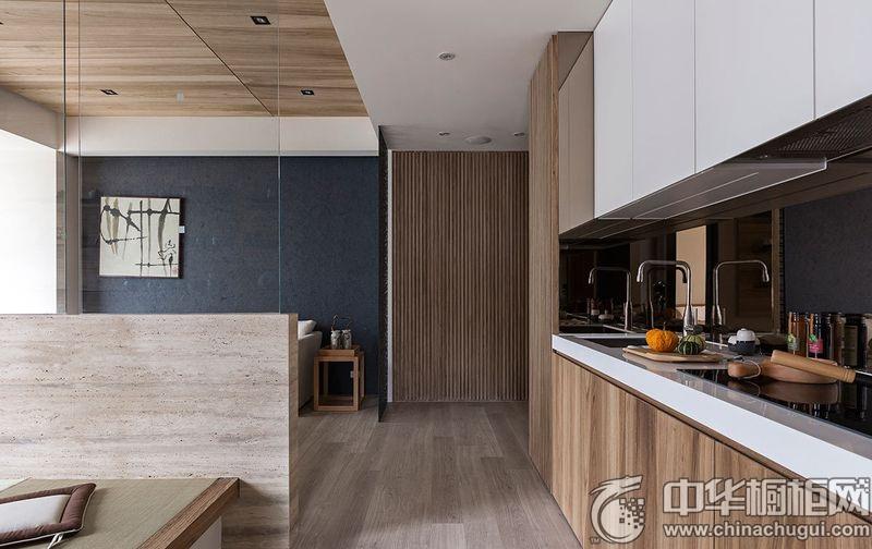 【中華櫥柜網】燦爛的陽光經由特意留出的巨大落地窗傾入室內,無實墻阻隔的公共區域借由地坪和天花板的線條延伸,放大整體的空間感。搭配比例適宜的色系規劃,融入日光營造雅致溫馨的現代風情。室內將現代風與日式和風巧妙的融合,還原空間的凈朗純粹。 客廳  日式風格客廳裝修效果圖 陽光從陽臺的巨大落地窗射入室內,客廳空間通過深藍色調來營造優雅氣質的生活場域。消光面料的墻面設計,加上淡雅舒適的白色沙發和氣質禪意的中式隔斷,營造一幅優美的生活風景。  日式風格客廳裝修效果圖 低矮的電視墻上方拼接透亮的玻璃墻,客廳內的木質吊